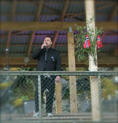 Mpg vinnar, Eurovison finalist, og Valestrandgut Carl Espen syng på 17 Mai 2014 på Valestrand. Og den beste akustikken er sjølvsagt på tribuna til supporterklubben!