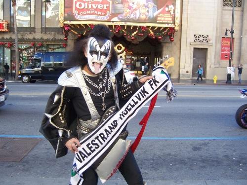 Kiss look alike, Gene Simmenes drar fram skjerfet sitt på Hollywood Boulevard.