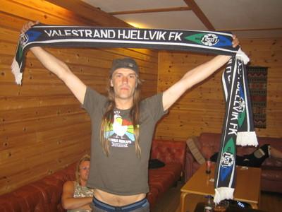 Ronnien Le Tekrø i TNT viser stolt fram kem han heia på.