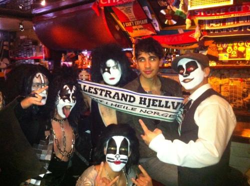 Sonen til Gene Simmons, Nick Simmons klar for Kiss konsert i Stavanger med nokre fine tøyseguta!